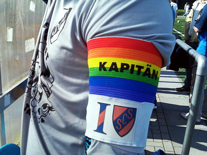Doppelt verbunden! Keeper Alicante bringt Zuneigung zum Ausdruck.